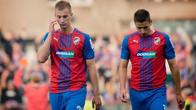 Plzeňští fotbalisté Jan Baránek (vlevo) a Jan Kovařík opouštějí hrací plochu.