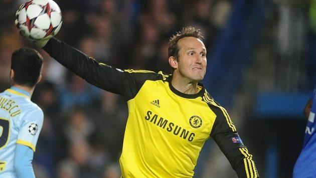 Australan Mark Schwarzer v brance Chelsea v utkání LM se Steauou Bukurešť.