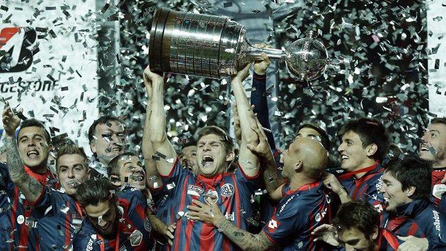 Walter Kannemann z argentinského San Lorenza drží pohár pro vítěze Poháru osvoboditelů.