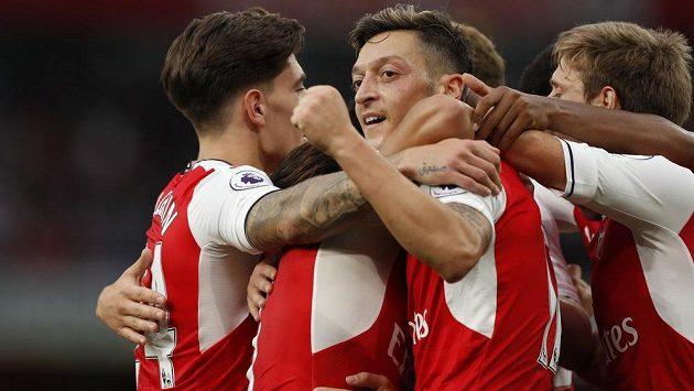 Záložník Arsenalu Mesut Özil (uprostřed) slaví se spoluhráči gól.