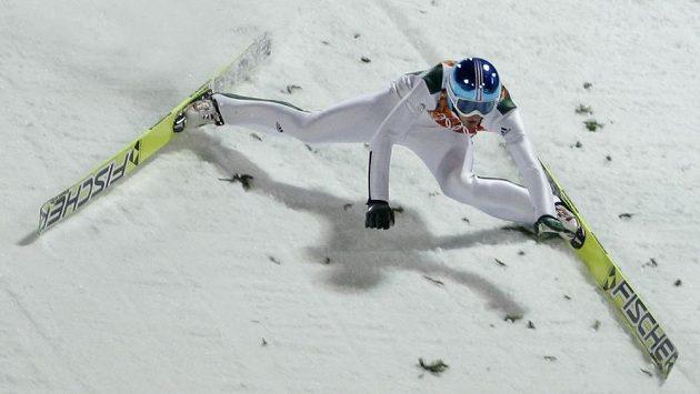 Slovinec Robert Kranjec padá při tréninku na olympijském středním můstku.