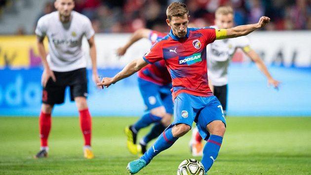 Patrik Hrošovský z Viktorie Plzeň proměňuje nařízenou penaltu v utkání s Opavou.