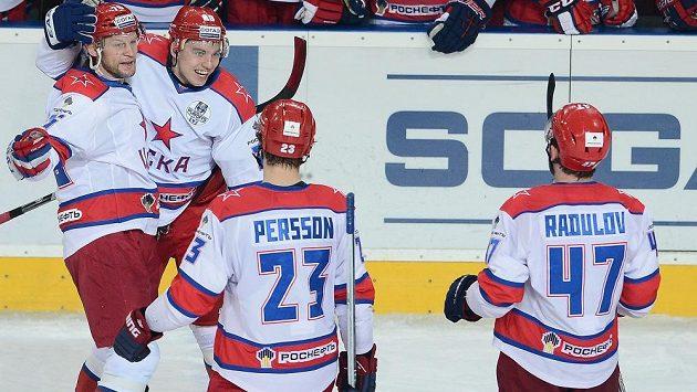 Igor Ožiganov z CSKA Moskva (druhý zleva) se raduje se spoluhráči z gólu proti Lvu Praha.