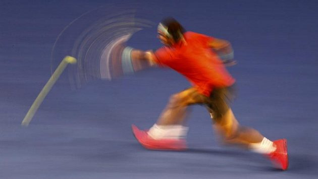 Rafael Nadal v utkání proti Bernardu Tomicovi.