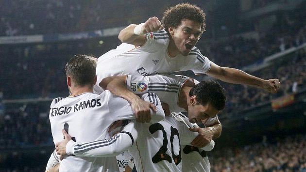 Stoper Pepe (nahoře) z Realu Madrid oslavuje druhý gól svého celku v prvním semifinále Španělského poháru proti Atlétiku Madrid.