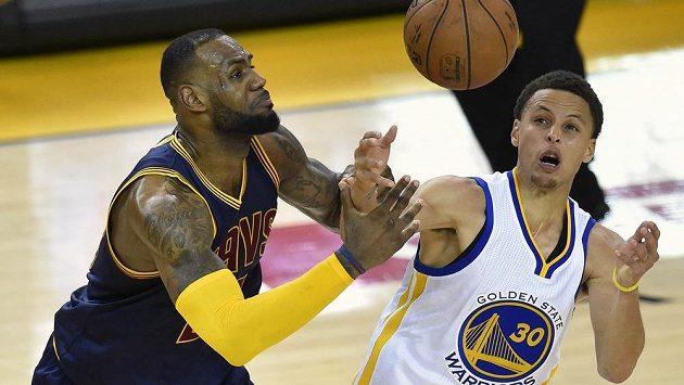 Dvě největší hvězdy finále NBA - vlevo LeBron James z Clevelandu a Stephen Curry z Golden State.