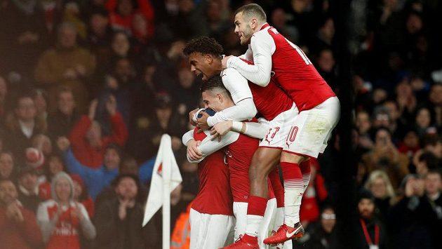 Ohromná radost fotbalistů Arsenalu po druhém gólu v odvetě semifinále anglického Ligového poháru proti Chelsea.