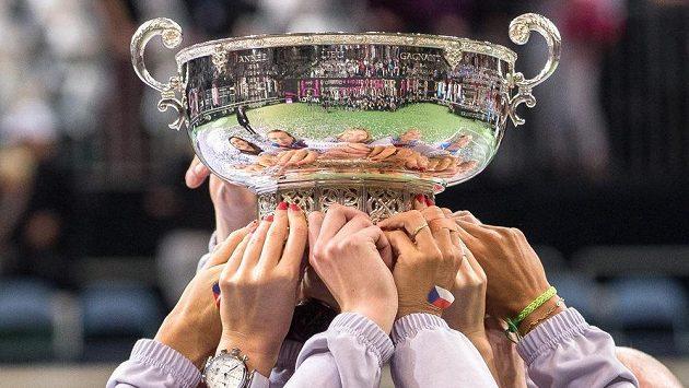 Český fedcupový tým zdvihl nad hlavu trofej pro vítěze pětkrát za posledních šest let.