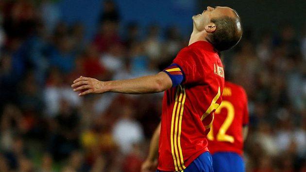 Zklamaný záložník Španělska Andrés Iniesta po porážce s Gruzií.