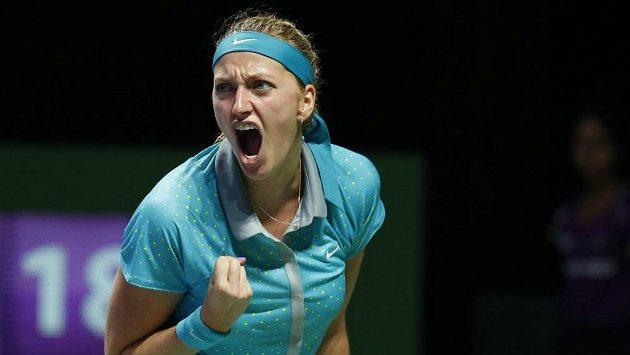 Petra Kvitová při svém typickém vítězném gestu během utkání proti Marii Šarapovové na Turnaji mistryň.