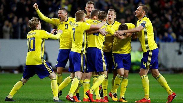 Švédští fotbalisté slaví gól proti Itálii v baráži o MS.
