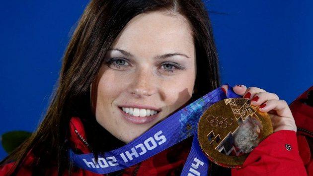 Rakouská lyžařka Anna Fenningerová s olympijskou medailí za triumf v super-G na loňských ZOH v Soči.