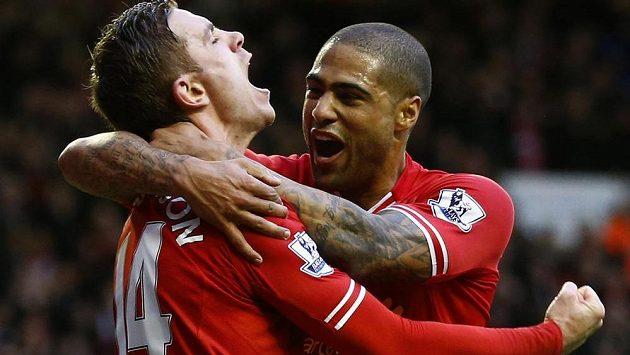 Liverpoolský Jordan Henderson (vlevo) se raduje ze své trefy proti Swansea se spoluhráčem Glenem Johnsonem.