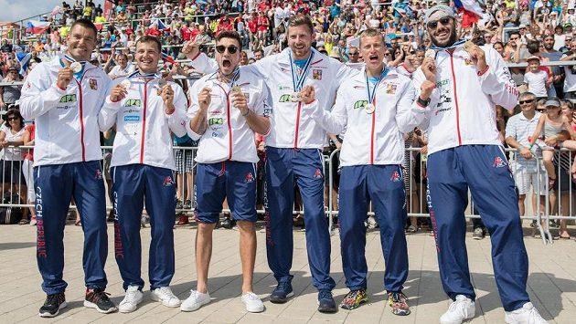 Čeští medailisté (zleva): Jan Štěrba, Daniel Havel, Martin Fuksa, Jakub Špicar, Radek Šlouf a Josef Dostál.