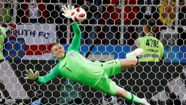 Takhle bravurně zneškodnil anglický brankář Jordan Pickford v penaltovém rozstřelu pokus Carlose Baccy.