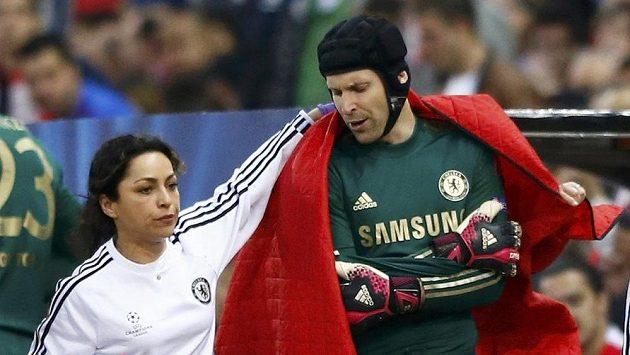 Lékařka Chelsea doprovází zraněného Petra Čecha z hrací plochy v úvodním semifinále Ligy mistrů na stadiónu Vicenteho Calderóna v Madridu.