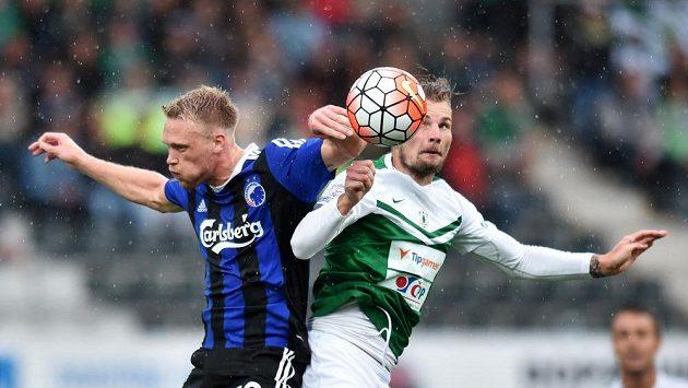Jablonecký obránce Vít Beneš (vpravo) a Nicolai Jörgensen z Kodaně bojují o míč.