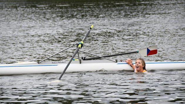 Dvojnásobná olympijská vítězka Ester Ledecká okusila teplotu Vltavy.