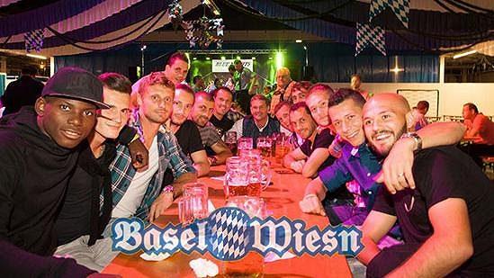 Prost! Fotbalisté Basileje na pivních slavnostech (u stolu druhý zprava Marek Suchý, po jeho pravici Tomáš Vaclík).