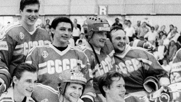 Sovětská sborná, která na mistrovství světa ve Švýcarsku získala v roce 1990 titul mistrů světa. Tatarinov na snímku v horní řadě druhý zprava.