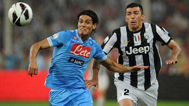Zadák turínského Juventusu Lúcio (vpravo) v souboji s Edinsonem Cavanim z Neapole v utkání italského Superpoháru v Pekingu