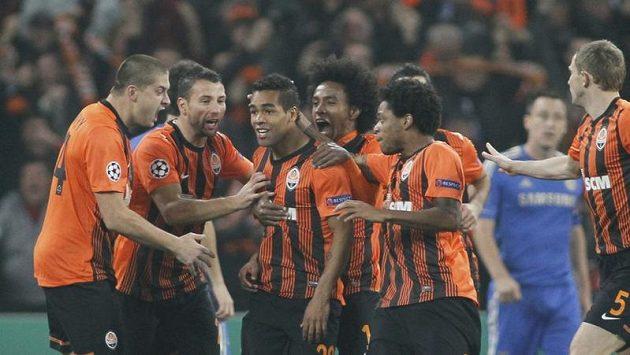 Alex Teixeira (třetí zleva) poslal v Doněcku Šachtar do vedení nad Chelsea. A gólovou radost si se spoluhráči patřičně užil.