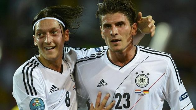 Německý záložník Mesut Özil (vlevo) gratuluje Mariu Gomezovi k brance.