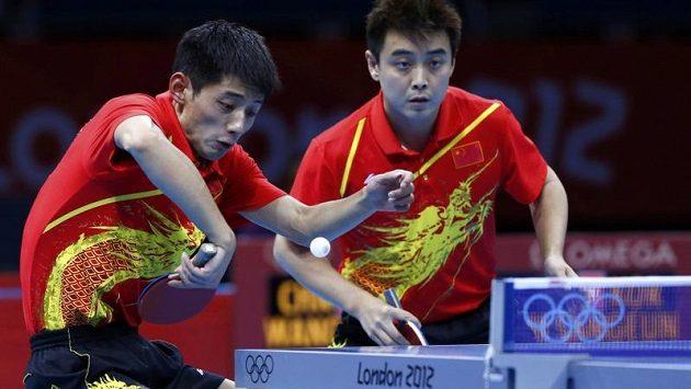 Zlaté čínské duo Čang Ťi-kche (vlevo), Wang Chao ve finále olympijské soutěže družstev