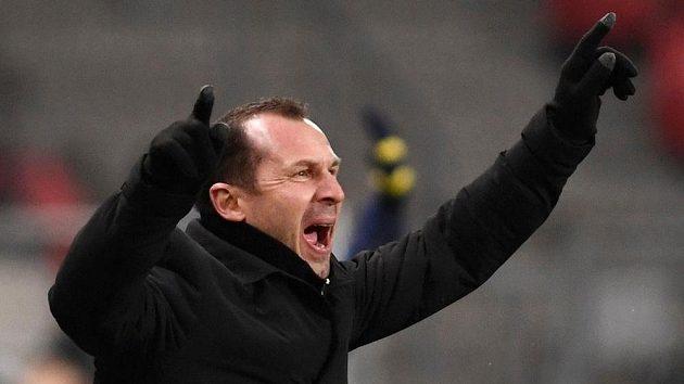 Český trenér fotbalistů Trnavy Radoslav Látal signalizuje ke svým hráčům, jak mají zahrát nacvičený signál.