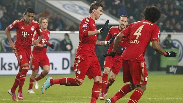 Mario Mandžukič (uprostřed) úvodní gól do sítě Wolfsburgu, svého bývalého klubu, neslavil.