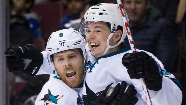 Hokejisté San Jose Joe Pavelski (vlevo) a Tomáš Hertl se radují z gólu proti Vancouveru.