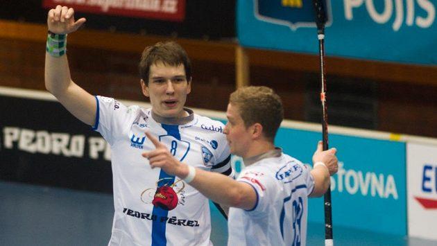 Matěj Jendrišák (vlevo)a Michal Kotlas z Chodova se radují z gólu Brnu ve finále Poháru České pojišťovny ve florbalu.
