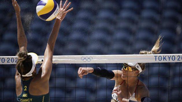 Američanka April Rossová útočí ve finále olympijského turnaje, na bloku Taliqua Clancyová z Austrálie.