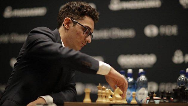 Americký vyzyvatel Fabiano Caruana v souboji o titul šachového mistra světa.