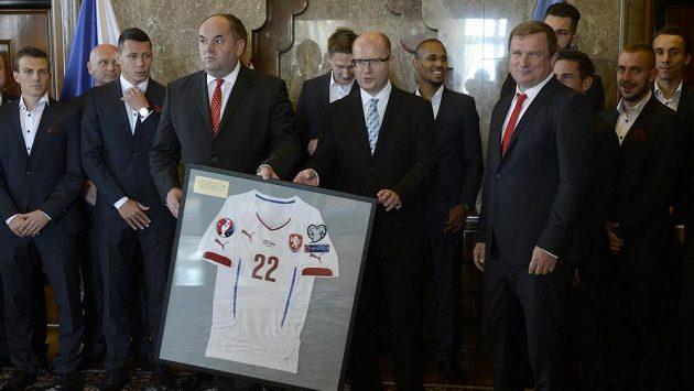 Premiér Bohuslav Sobotka (vpředu uprostřed) během setkání s českou fotbalovou reprezentací v čele s předsedou FAČR Miroslavem Peltou (vlevo) a trenérem Pavlem Vrbou (vpravo).