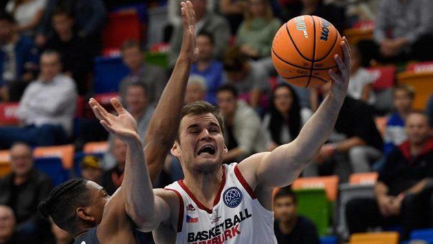 Kameron Taylor z Bambergu a Jaromír Bohačík z Nymburka v akci během 1. kola skupiny C basketbalové Ligy mistrů.
