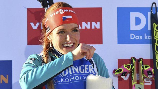 Gabriela Koukalová s pivem na stupních vítězů po triumfu ve sprintu na MS v Hochfilzenu.