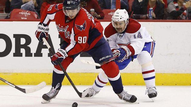 Tomáš Plekanec z Montrealu (vpravo) se snaží vypíchnout puk Marcusovi Johanssonovi z Washingtonu.