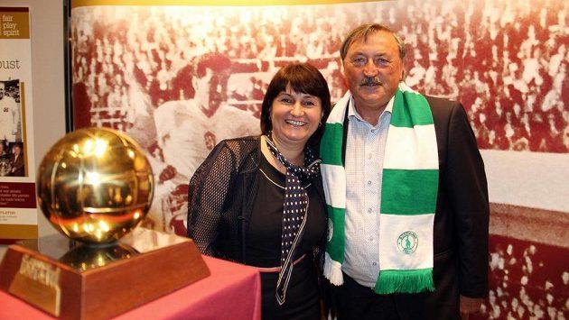 Antonín Panenka a europoslankyně Michaela Šojdrová stojí u Zlatého míče Josefa Masopusta, který je od 7. června vystaven v sídle Evropského parlamentu ve Štrasburku.
