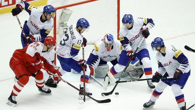 Dán Mikkel Boedker bojuje s přesilou korejských hráčů.