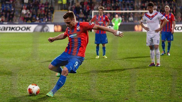 Útočník Plzně Stanislav Tecl kope penaltu kterou neproměnil během odvetného utkání osmifinále Evropské ligy proti Lyonu.