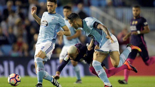 Barcelonský Neymar (v pádu) v souboji s obránci Celty Vigo.