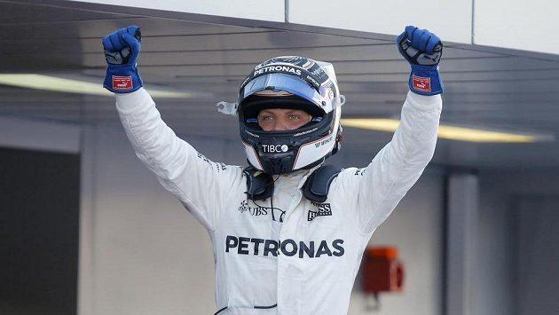 Fin Valtteri Bottas poprvé v kariéře prožívá vítěznou radost v F1, poté co ovládl Velkou cenu Ruska.