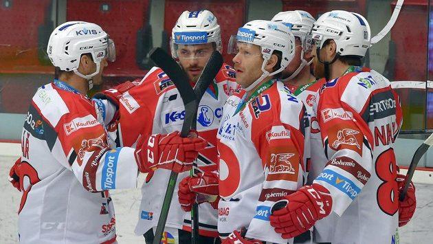 Hokejisté Pardubic se radují z gólu, který dal Jan Mandát (druhý zleva).
