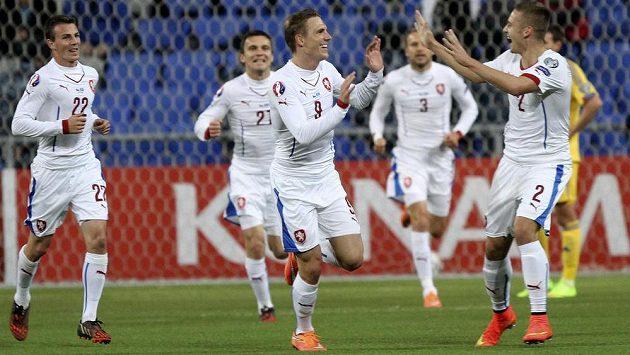 Čeští fotbalisté slaví gól v síti Kazachstánu.