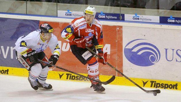Liberecký útočník Jakub Valský (vlveo) a Ladislav Havlík z Pardubic v utkání 47. kola hokejové Tipsport extraligy.