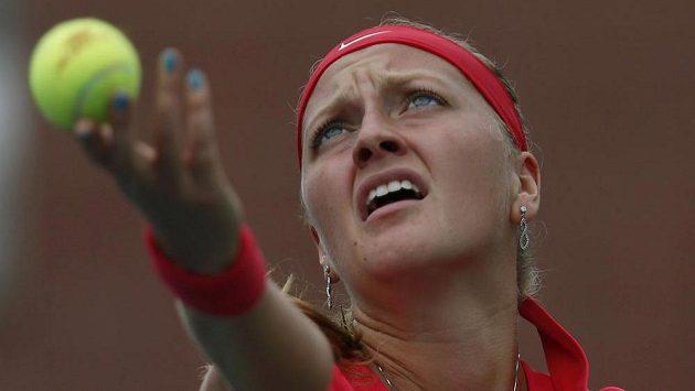 Petra Kvitová servíruje během zápasu s Američankou Riskeovou.
