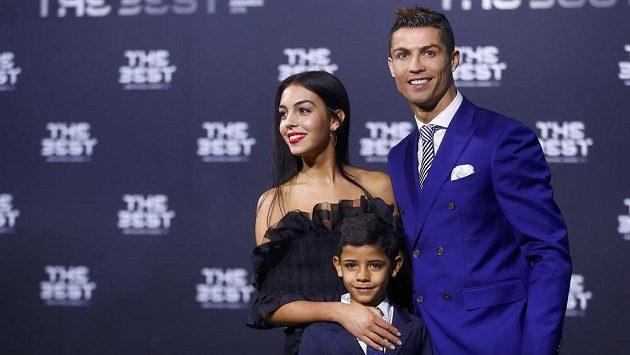 Cristiano Ronaldo při vyhlášení v Curychu, jeho syn a přítelkyně Georgina Rodriguezová.