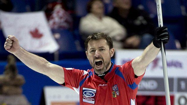 Český skip Jiří Snítil jásá po výhře týmu nad Kanadou.