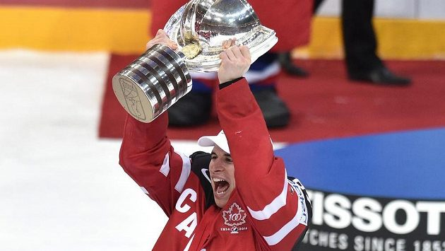 Kapitán hokejistů Kanady Sidney Crosby na snímku z roku 2015 s trofejí pro mistry světa.